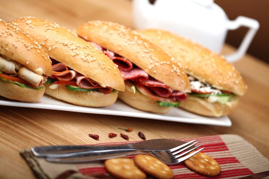 sandwich με τυρί, αλλαντικά και λαχανικά