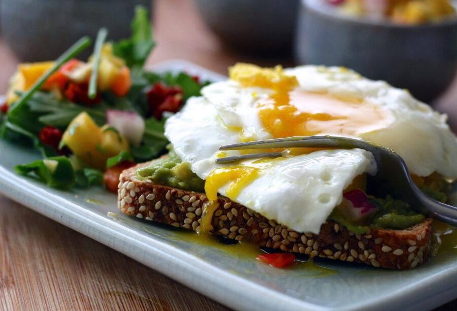 Σάντουιτς ανοιχτό με τηγανητό αβγό μάτι