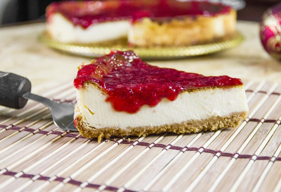 Cheesecake με ελληνικά τυριά και σάλτσα τριαντάφυλλο